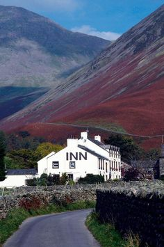 Wordsworth Coleridge and Dickens all stayed at the Wasdale Head Great Places, Places To See, Beautiful Places, Cumbria, Lake District, British Pub, British Isles, Photos Voyages, Scenic Photography