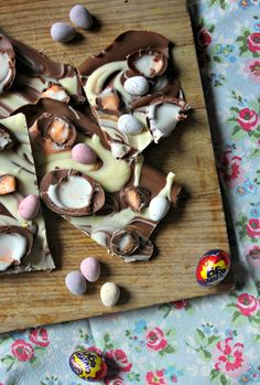 Cadbury Creme Egg and Mini Egg Bark //  www.scarletscorchdroppers.com Mini Egg Recipes, Easter Recipes, Mini Eggs Cake, Chocolate Bark, Easter Chocolate, White Chocolate, Easter Gift, Easter Treats, No Egg Desserts