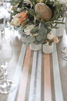 Bonjour, Voici une idée qui est peut être plus économique que le traditionnel chemin de table : les rubans. Sur fond blanc ou coloré selon les couleurs de votre mariage, disposez des bandes de rubans plus ou moins larges, croisez-les, juxtaposez-les