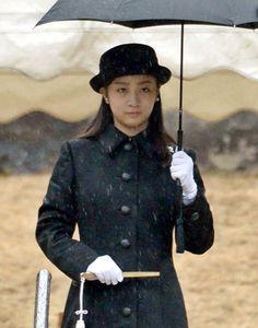 秋篠宮ご夫妻の次女佳子さまは15日午前、東京都八王子市の武蔵陵墓地を訪れて昭和天皇の武蔵野陵と香淳皇后の武蔵野東陵を参拝し、成年皇族となったことを報告された。佳子さまは雨の中、参拝服に黒いコート姿で、玉串をささげて拝礼した。これに先立ち、大