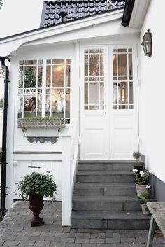 One thing that many people overlook when remodeling their home is their interior doors. Doors do more than offer privacy; they also offer another way to incorporate design elements into your home… Love Your Home, My Dream Home, Exterior Design, Interior And Exterior, Gray Exterior, Brown Interior, Interior Doors, Exterior Paint, Sas Entree
