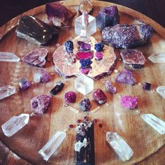 Sacred Spaces ♥ love this crystal grid Crystal Magic, Crystal Grid, Crystal Healing, Minerals And Gemstones, Rocks And Minerals, Crystal Mandala, Rocks And Gems, Magick, Wiccan