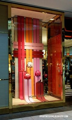 i heart interiors: Tory Burch Holiday Window Display Window Display Retail, Window Display Design, Retail Windows, Store Windows, Visual Merchandising Displays, Visual Display, Showroom Design, Decoration Vitrine, Store Displays