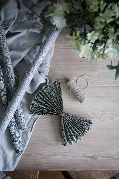 DIY: Enkel julstjärna - Lovely Life Paper Christmas Ornaments, Homemade Christmas Decorations, Christmas Crafts For Kids, Diy Christmas Gifts, Xmas, Book Page Crafts, Easy Diy Crafts, Craft Party, Christmas Inspiration