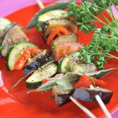 Découvrez la recette Brochettes de légumes façon ratatouille sur cuisineactuelle.fr.