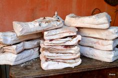 Șuncă afumată de porc - rețeta de jambon, șoancă ardelenească sau șonc bănățean | Savori Urbane Romanian Food, Prosciutto, Ale, Sausage, Cake Recipes, Cheese, Meat, Food Cakes, Canning
