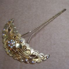 I have a hair comb very similar to this one, purchased from the same lady.Elrond's Emporium, on Etsy. Vintage Hair Combs, Vintage Hair Accessories, Wedding Accessories, Hairband Hairstyle, Hair Decorations, Hair Sticks, Hair Jewelry, Gold Jewelry, Hair Ornaments