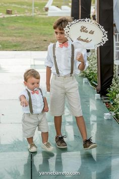 Shorts and short sleeve? Wedding With Kids, Trendy Wedding, Rustic Wedding, Dream Wedding, Boho Wedding, Wedding Ring, Fashion Kids, Page Boy, Wedding Suits