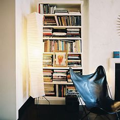 I'm building more bookshelves. If Albert Hadley does it . Albert Hadley's Sophisticated Apartment on the Upper East Side Bookshelf Styling, Bookshelves, Modern Bookshelf, Albert Hadley, Leather Butterfly Chair, Contemporary Light Fixtures, Love Home, Room Chairs, Dining Chairs