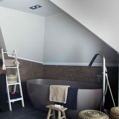 cuartos de baño modernos, baño con bañera moderna en color gris y muebles de madera, objetos decorativos de mimbre