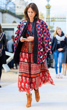 Street style look com vestido colorido, bomber jacket e bota bege.