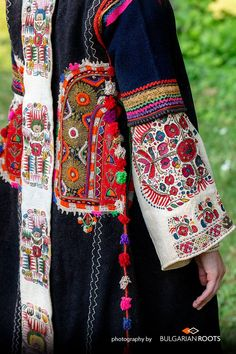 Embroidery On Clothes, Folk Embroidery, Creative Embroidery, Indian Embroidery, Embroidery Stitches, Embroidery Patterns, Folk Fashion, Ethnic Fashion, Womens Fashion