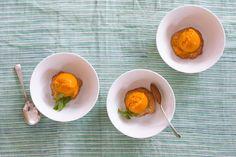 Ideas ricas para cocinar con frutas. Sorbete de mango con tejas. © No Solo Kitchen.