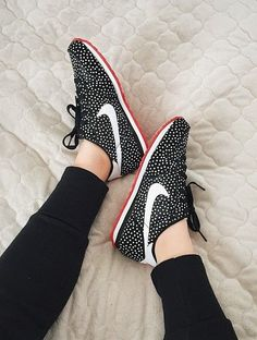 http://www.popularclothingstyles.com/category/zapatos-nike/ Polka dot Nikes.