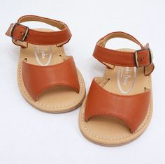 fashionable baby sandals in cognac!