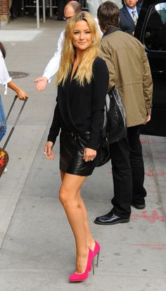 Kate hudson, black attire with hot pink shoes, simple yet affective fashion :)