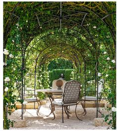 Oprah Winfrey's Rose Garden Is Just As Over-The-Top As You Might Imagine Der Rosengarten von Oprah W Rose Garden Design, Rose Design, Back Gardens, Outdoor Gardens, Amazing Gardens, Beautiful Gardens, Terrasse Design, Vintage Garden Decor, Exterior