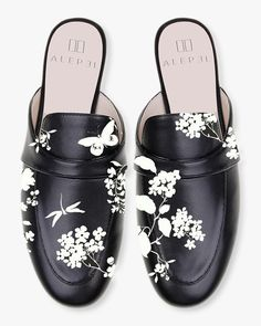 This Black and White floral stamp was brilliantly developed by a Venezuelan-born artist who transferred his native fauna into footwear. Ankle Boots, Shoe Boots, Ballerinas, Black And White Shoes, Popular Shoes, Hand Painted Shoes, Black Loafers, Pumps, Leather Mules