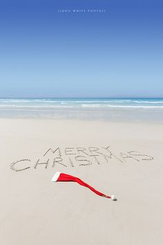 A Merry Christmas at the beach!! Cute fam post/Christmas card.