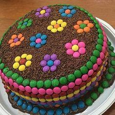 Bolo simples com decoração de chocolate para #aniversário