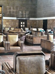 Look at these comfy leather seats at Union Station, Los Angeles. I put my head down and take a two hour nap before a long time friend comes to join me for a brunch/lunch. Art Deco Home, Art Deco Era, Union Station, Train Station, Art Nouveau, Art Et Architecture, Deco Interiors, Streamline Moderne, Art Deco Movement