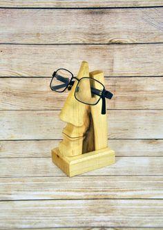 Dekorative handgefertigte Stand für Brillen hergestellt aus Pflaumenbaum. Es ist mit natürlichen transparenten farblosen Wachs bedeckt, die Einheimischen Holz Textur zeigt. Kann als eine innere Zierde dienen und speichert Ihre Brille von jeder damage.r  Abmessungen: Breite - 83mm (3,5) Höhe - 150mm (6 ) Tiefe - 50mm (2)
