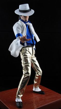 This MJ figure is one of the old production of Stor. Michael Jackson Figure, Michael Jackson Youtube, Invincible Michael Jackson, Disney Dolls, Barbie Dolls, Michael Jackson Smooth Criminal, Barbie Celebrity, African American Dolls, Guys And Dolls