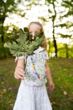 Mädchen spielt im Wald