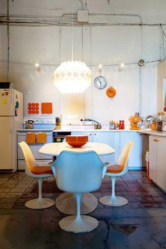 loft da artista Kelly Reemtsen  - orange kitchen   (Foto: Vanessa Stump)
