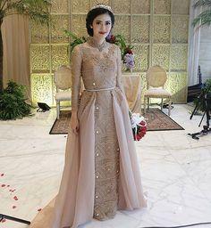 Bridal Dresses Couture Veils Ideas For 2019 Kebaya Wedding, Muslimah Wedding Dress, Muslim Wedding Dresses, Wedding Dress Sleeves, Bridal Dresses, Bridesmaid Dresses, Dress Muslim Modern, Muslim Dress, Kebaya Muslim