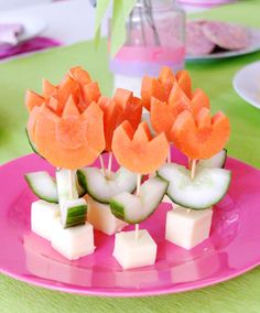 Vegetable flowers- Having a party? Throw something different at the table! refrigerate until you're ready to use. Fingerfood Buffet, 4th Birthday Parties, Garden Birthday, Food Humor, Creative Food, Flower Decorations, Food Decoration, Cheese Squares, Garnishing