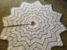 Snowflake christmas tree skirt. Free pattern on the blog!!