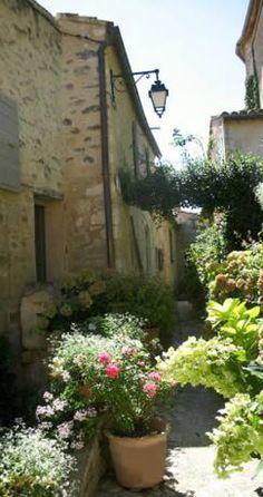 Village de Lacoste - Luberon - ruelle fleurie