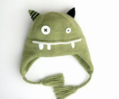 This Knit Monster hat in military green color is made with a high quality blend in 20% babyalpaca, 30% merino wool, 50% acryl. The yarn is made in