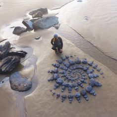 Beach Rocks Crafts, Rock Crafts, Vignette Design, Ephemeral Art, Happy Photos, Toilet Paper Roll Crafts, Street Graffiti, Small Garden Design, Environmental Art