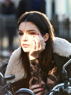 Kendall Jenner: New Face Of Estee Lauder!: Photo Congratulations to Kendall Jenner! It was just announced that he model is the new face of Estee Lauder! Kendall Jenner Estee Lauder, Kendall Jenner Estilo, Kendall E Kylie Jenner, Bruce Jenner, Kim Kardashian, Kardashian Beauty, Jenner Family, Beauty Make-up, Beauty News