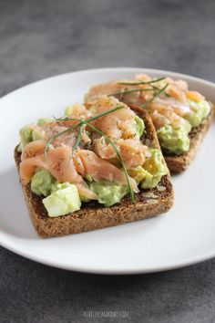 avocado spread with smoked salmon on wholemeal toast