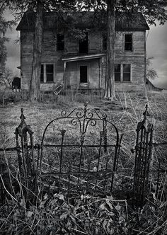 Great photo stream of abandoned buildings Abandoned Buildings, Old Abandoned Houses, Abandoned Mansions, Old Buildings, Abandoned Places, Derelict Places, Spooky House, Creepy Houses, Haunted Houses