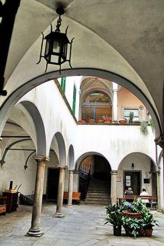 Francesco Napoletano - Toscana : Un antico chiostro a PONTREMOLI Google+