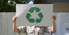 """Cómo hacer un tronco de cartón. La idea de hacer """"leña"""" con materiales reciclados es interesante para cualquier persona que busca vivir de una forma más consciente y económica. Los troncos hechos con material de papel que es presionado haciendo briquetas o que se enrolla para hacer troncos son tan eficientes como la madera. Las briquetas y troncos pueden hacerse con papel común ..."""