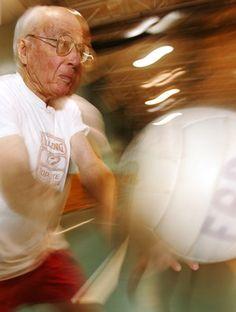 idoso jogando vôlei eu atleta (Foto: Getty Images)