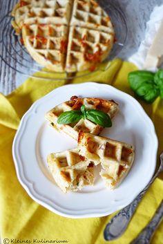 Tomate Mozzarella Waffeln sind optimal für warme Tage. Einen Salat dazu und der Abend auf der Terrasse kann mit einer leichten Mahlzeit beginnen