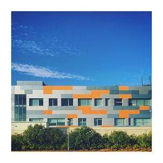 #majadahonda #madrid #spain #elcarralero #carralero #oficina #office #building #orange #naranja #blue #azul #sky #cielo
