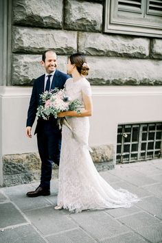 You only need your loved ones and a sublime escape in Tuscany to . Wedding Poses, Wedding Groom, Wedding Couples, Wedding Portraits, Wedding Film, Photography Portraits, Couple Photography, Photography Ideas, Outdoor Wedding Photography