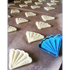 La fin du Ramadan approche et pour célébrer la fête de L'Aïd nous réalisons toute une panoplie de gâteaux pour accueillir ou offrir à la famille et aux amis. Je vous propose aujourd'hui… Biscuits Fondants, Coconut Biscuits, Bon Dessert, Croissants, Cookie Recipes, Food And Drink, Pudding, Sweets, Cookies