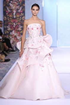 Catwalk photos and all the looks from Ralph & Russo Autumn/Winter Couture Paris Fashion Week Couture Week, Haute Couture Fashion, Gowns Couture, Vestidos Fashion, Mode Rose, Ralph & Russo, Bridal Gowns, Wedding Dresses, Couture Collection