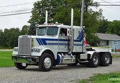1987 Freightliner FLD120 seen at the ATCA Northern Empire State truck show