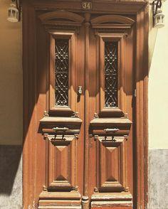 Ξύλινη πόρτα με #roptro #nafplio #greece #door #knocker