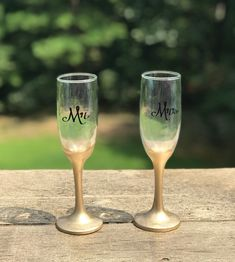 This listing is for ONE Custom designed, Handmade glitter wine glass/toasting flute with pearl or rhinestone trim WITHOUT name, title or numeric decals! Toasting Flutes, Wedding Boxes, Small Shops, Handmade Wedding, Glass Design, Traditional Wedding, Wedding Themes, Etsy Handmade, Event Decor