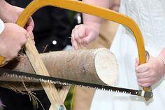 Der alte Hochzeitsbrauch Baumstamm sägen bzw. Hochzeitsbaum sägen ist die erste im Eheleben und nebenbei ein Gästebuch zur Hochzeit und ein anstrengendes Hochzeitsspiel